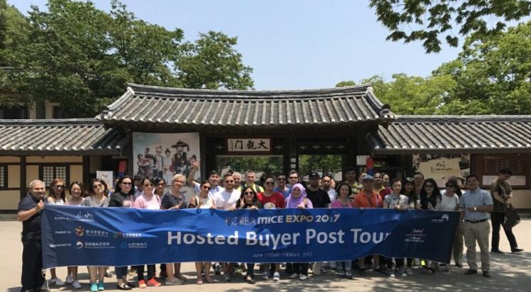 Korea MICE EXPO 2017, Hosted Buyer Post Tour 라고 쓰여있는 플랜카드를 들고 단체사진을 찍는 마이스참가자들
