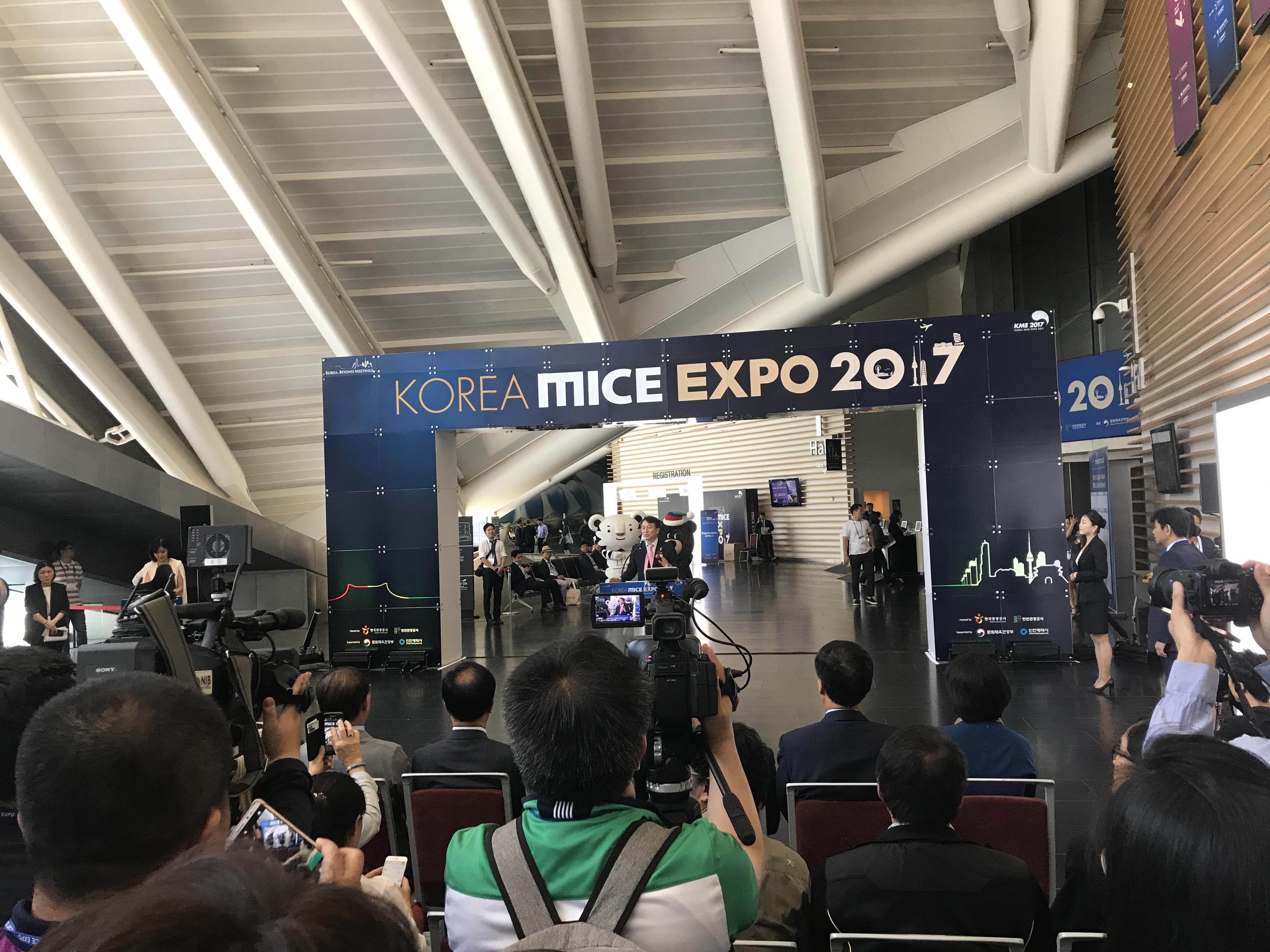 Korea MICE EXPO 2017 행사장, 기자들과 관계자들이 모여 있다