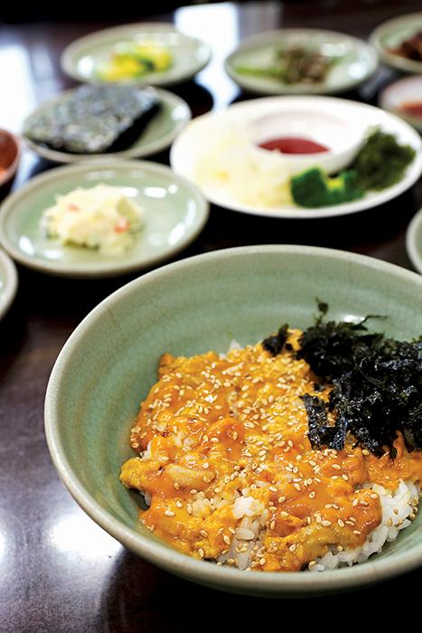 성게알로 가득한 앙장구밥과 밑반찬