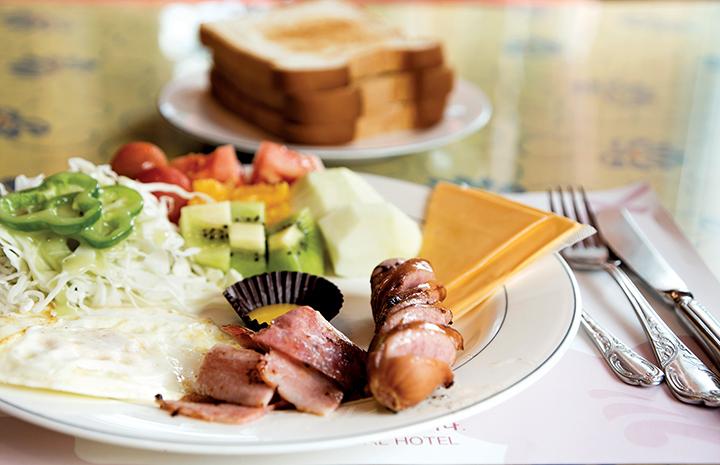 테이블위의 부페 한접시(소시지, 치즈, 과일, 샐러드)