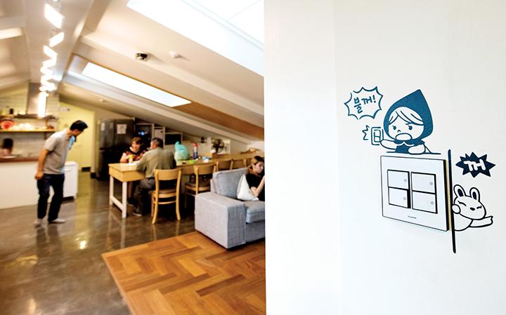 좌)4층 쉼터에서 쉬고 있는 사람들, 우)콘센트, 소녀, 토끼 그림이 그려져 있는 흰벽