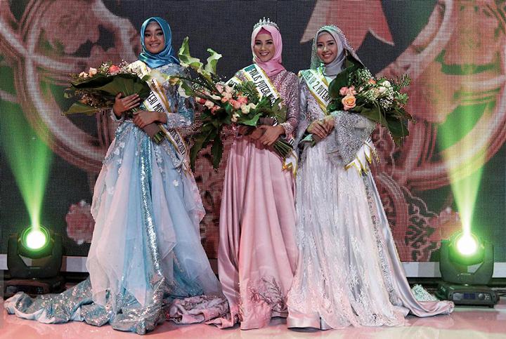 2017 미스 무슬림 인도네시아 1,2,3위를 수상한 3명의 여인이 무대위에서 웃고 있다