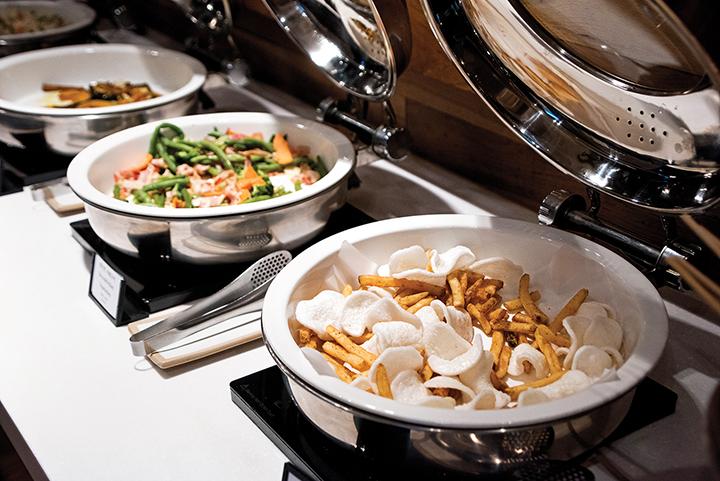 호텔 레스토랑에 준비되어 있는 음식 여러 종류