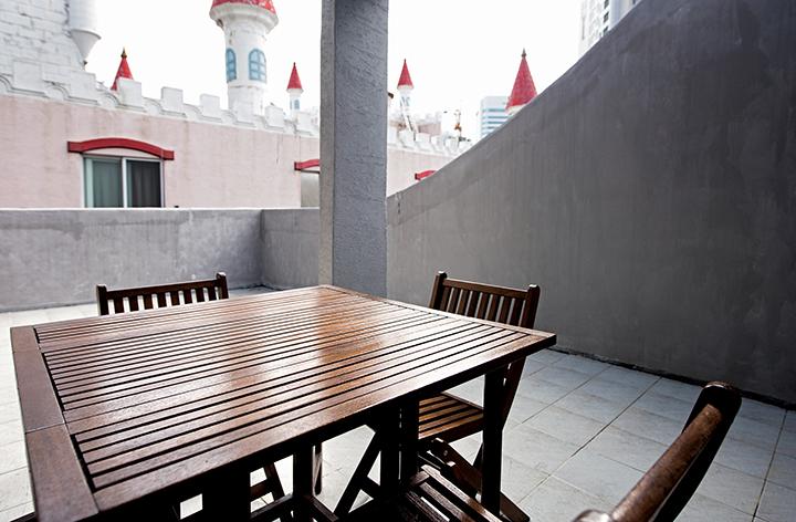 호텔 야외 테라스에 놓인 테이블과 의자