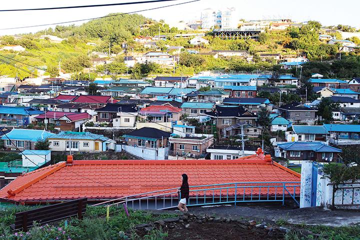 언덕에 촘촘하게 자리한 정다운 집들