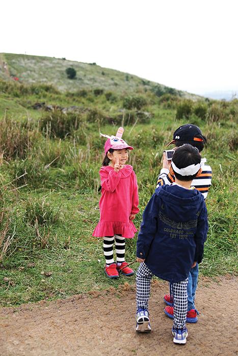 용눈이오름에 오르는 어린이들