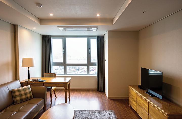 크라운하버 호텔 객실 내부(테이블, 쇼파, 티비)