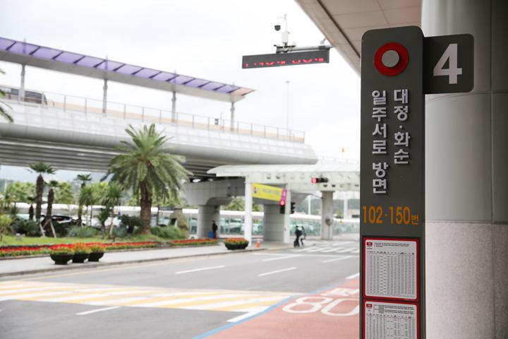 제주공항 버스 정류소(대정·화순 일주서로 방면 102-150번 안내판 앞)