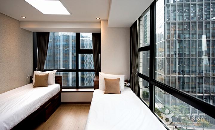 객실 내부, 두면이 통창으로 되어 있는 침실
