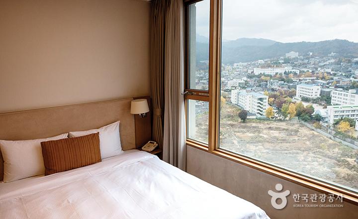 서머셋팰리스 객실 내부, 침실에서 바라본 창 밖 풍경