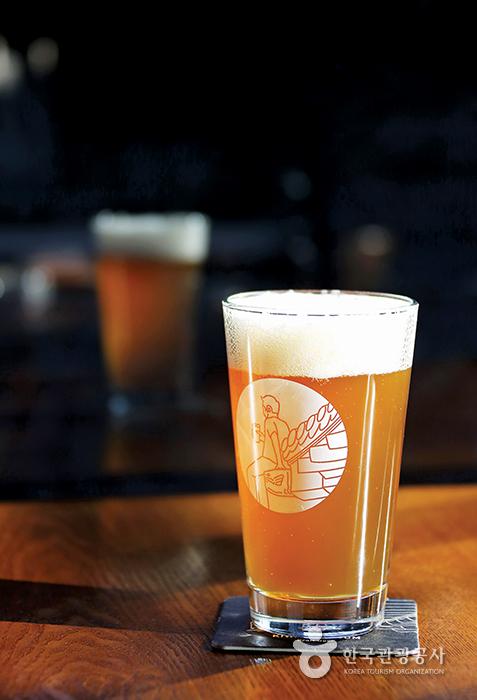 기와탭룸이 새롭게 선보인 안동브루어리 홉스터 아이피에이. 알코올 도수는 7%로 높은 편이다