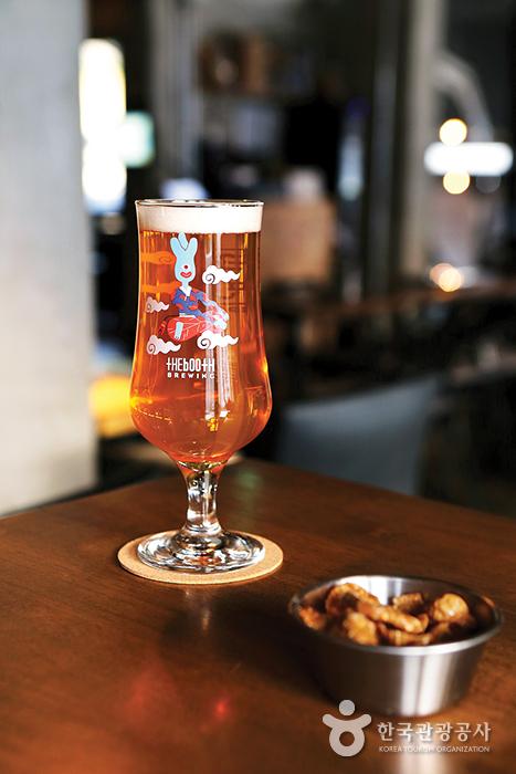'은평맥주'로 유명한 브릭하우스76. 편안한 분위기에서 가볍게 한잔하기 좋다