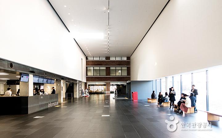 현대미술관 내부 로비 전경