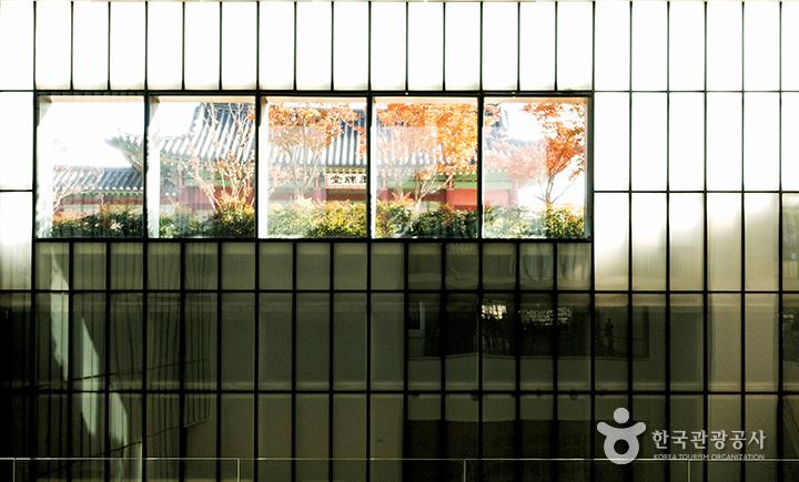 현대미술관 유리 벽면 너머로 보이는 종친부 전각
