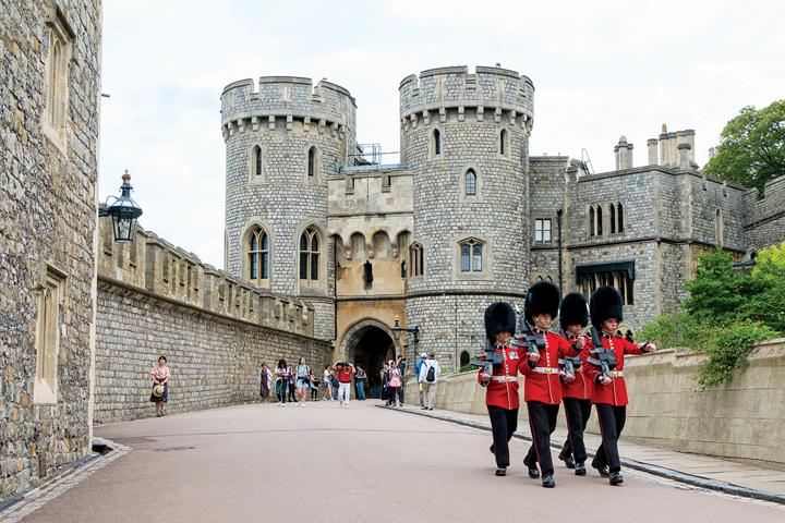 런던 교외 명소 중 여행자에게 가장 인기 있는 윈저성. 영국 왕실의 공식 거처 중 한 곳이다