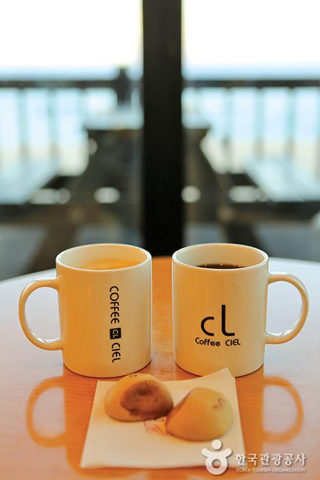 카페 CL의 커피와 커피빵