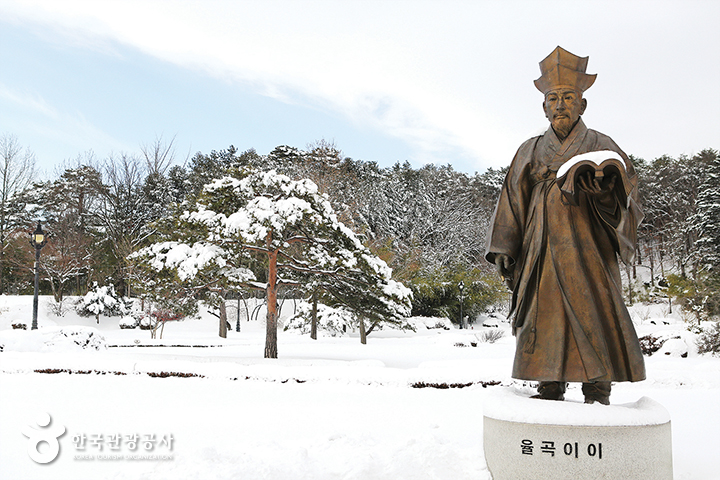 오죽헌 입구에 있는 율곡 이이의 동상