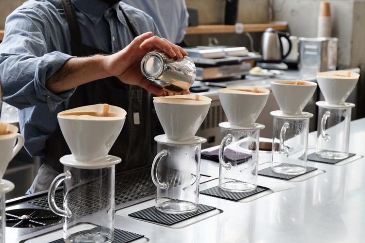 핸드드립 커피를 만들고 있는 바리스타의 손길