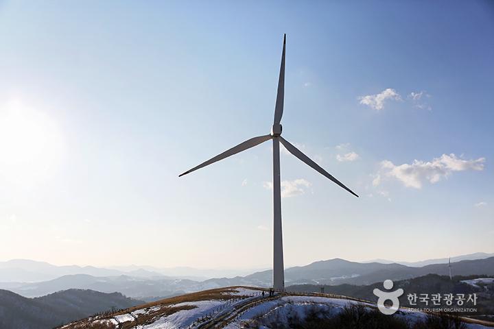 하늘마루전망대 아래 우뚝 솟은 거대한 풍력발전기