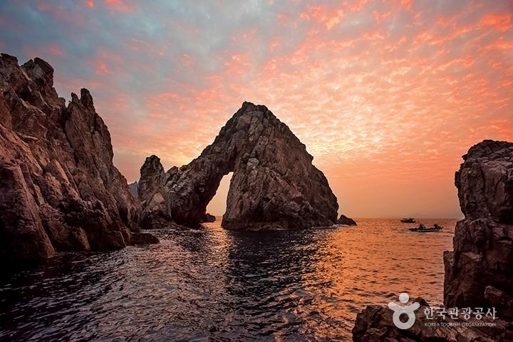 전남 신안 홍도의 남문바위 일몰