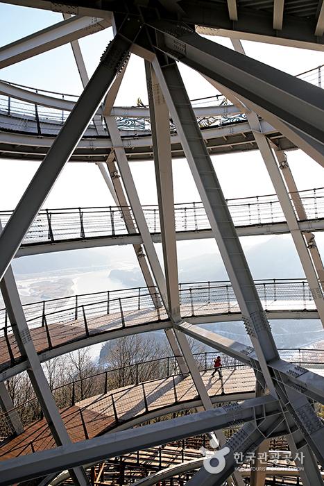 만천하스카이워크 전망대. 벽이 없는 철골 구조물이다