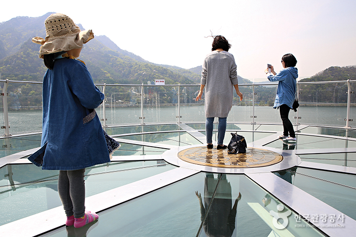 소양강 스카이워크, 투명유리 위에 서있는 사람들