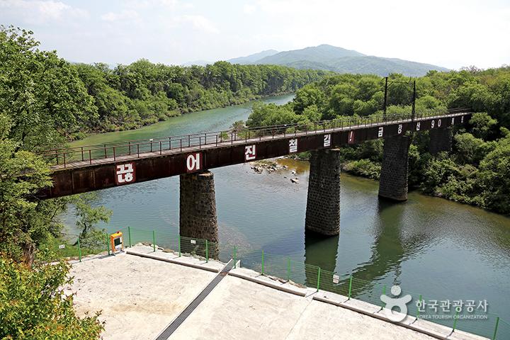 금강산으로 향하는 전기철도가 달리던 교량
