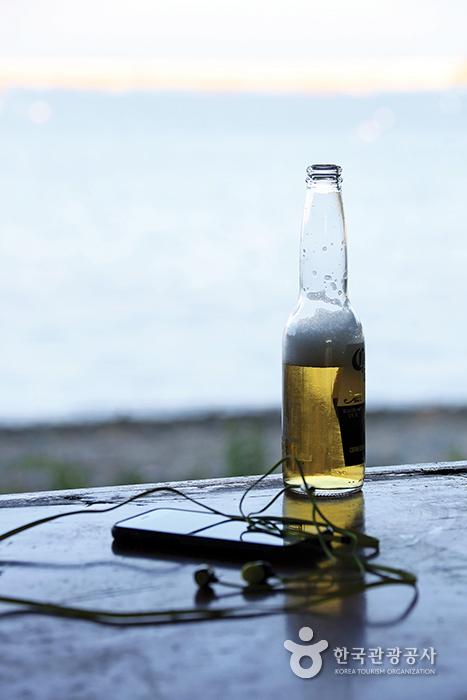 테이블위에 놓인 맥주 한병