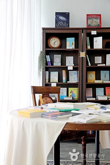 남해 아마도책방 내부, 책장과 테이블