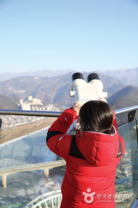 만천하스카이워크에서 망원경으로 주변 풍경을 볼 수 있다