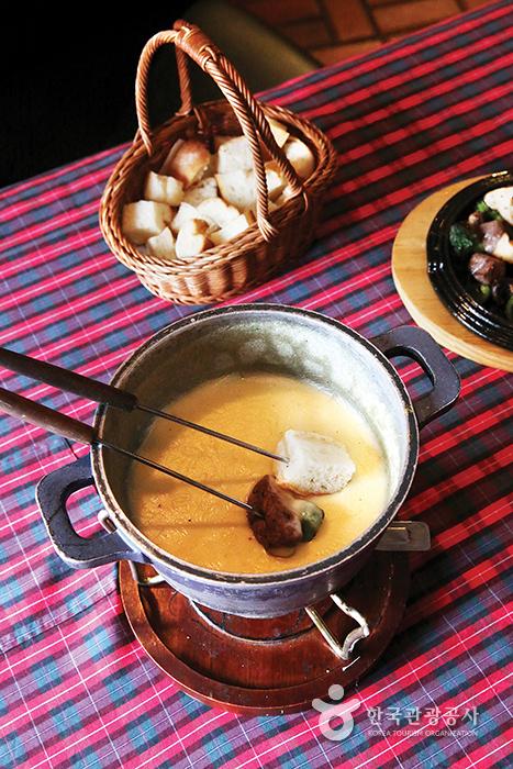 치즈 퐁뒤와 빵