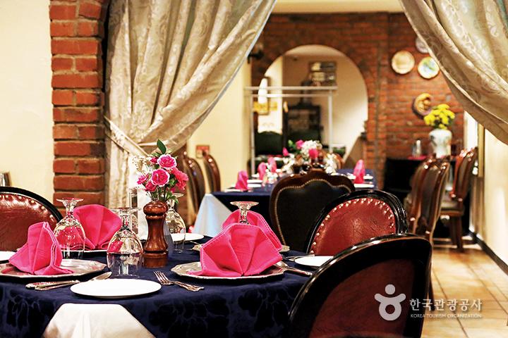 라칸티나 내부, 각 테이블마다 핑크색 냅킨으로 세팅되어 있다