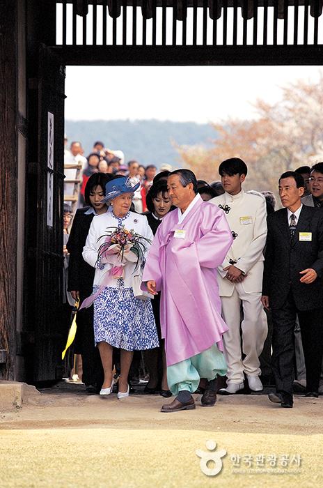 담연재로 걸어가는 여왕과 관계자들
