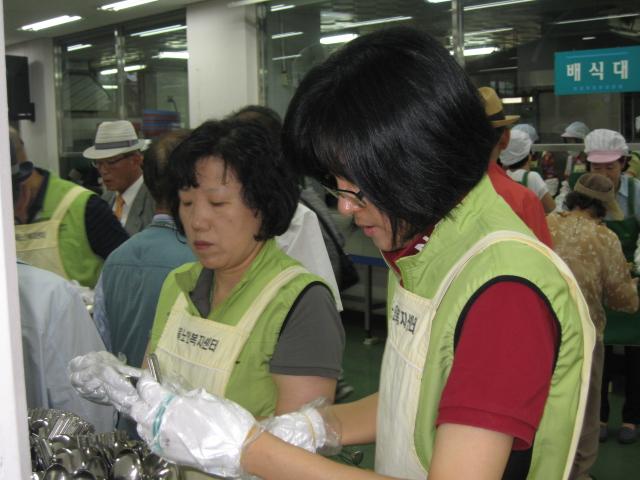 [큰이미지]배식 준비중인 자원봉사자들