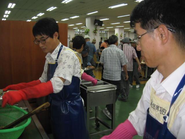[큰이미지]설겆이 하는 봉사활동자들
