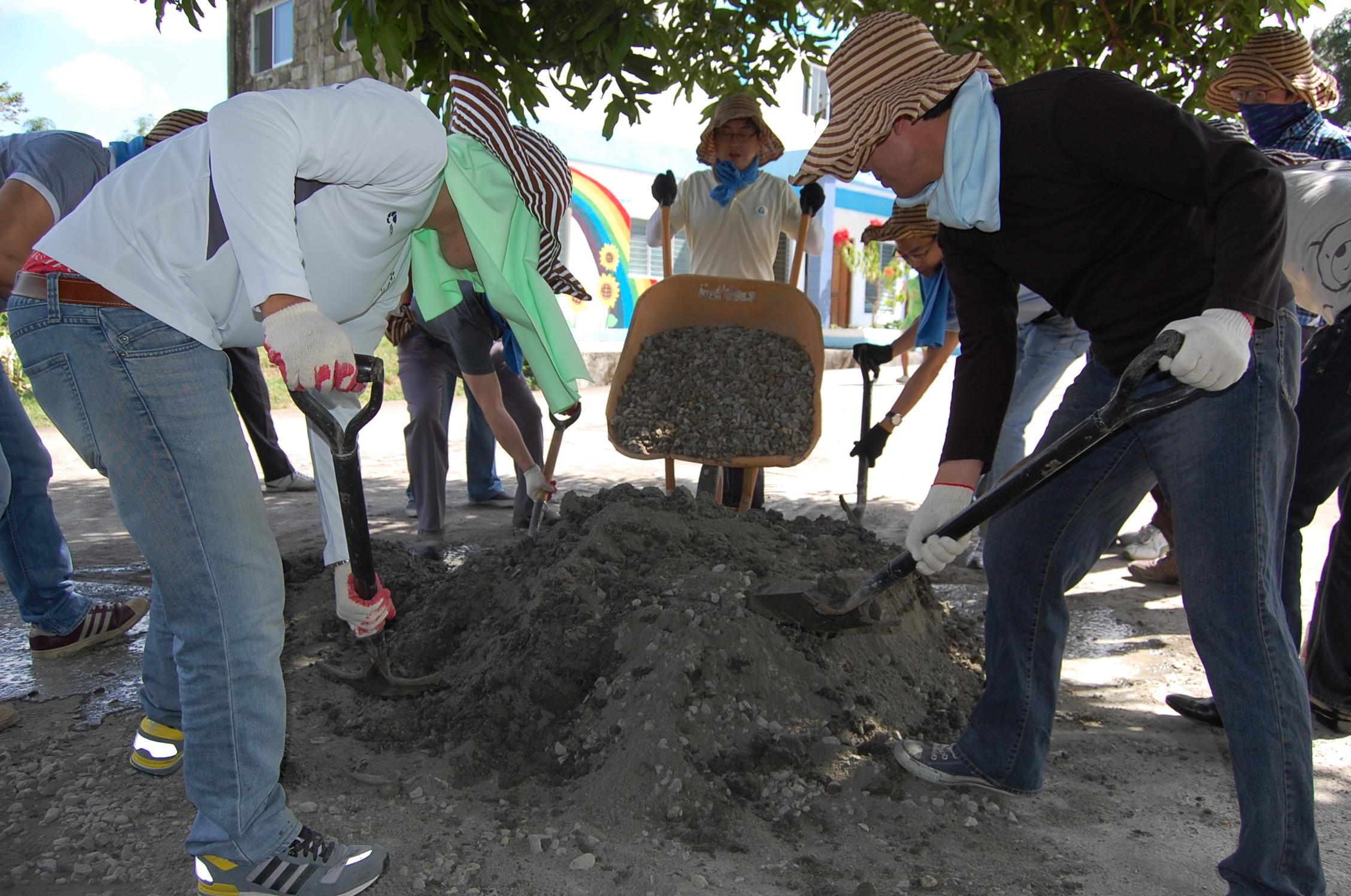 도로공사 (자갈, 모래, 시멘트 섞기)