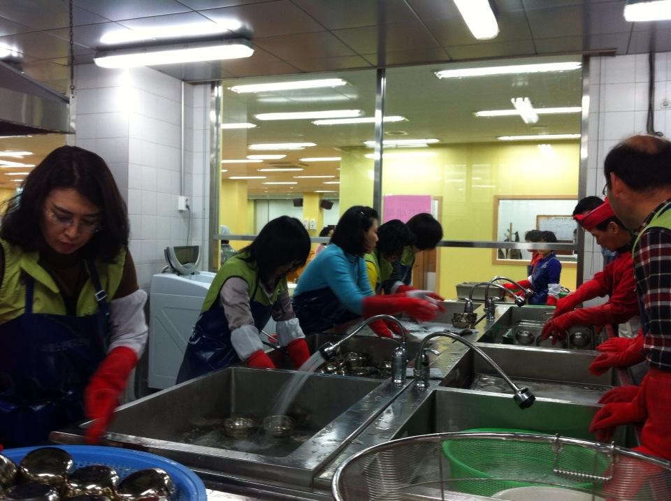 설거지 봉사활동을 하는 모습2