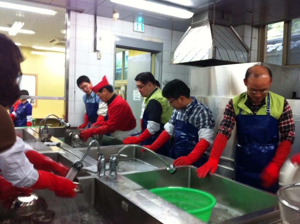 [큰이미지]설거지 봉사활동을 하는 모습1