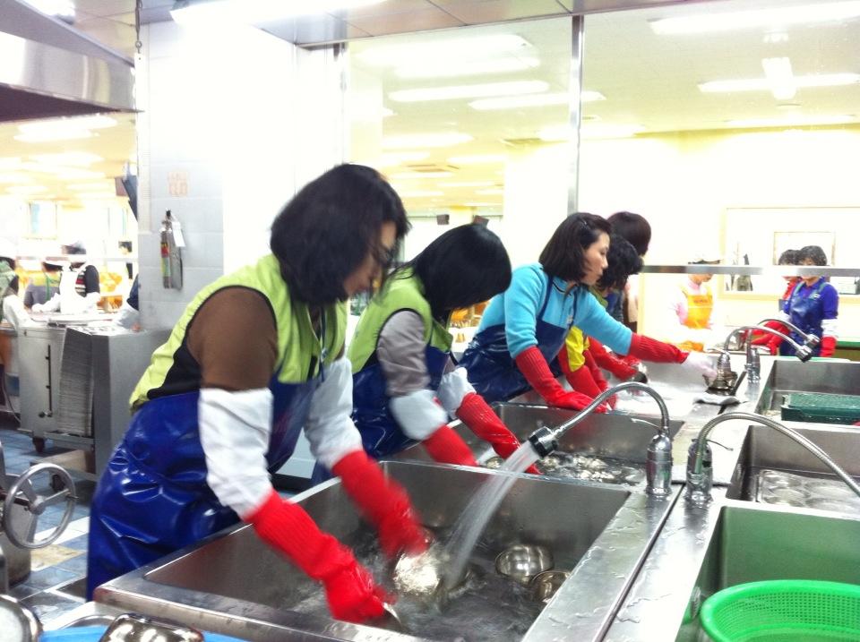 설거지 봉사활동을 하는 모습3