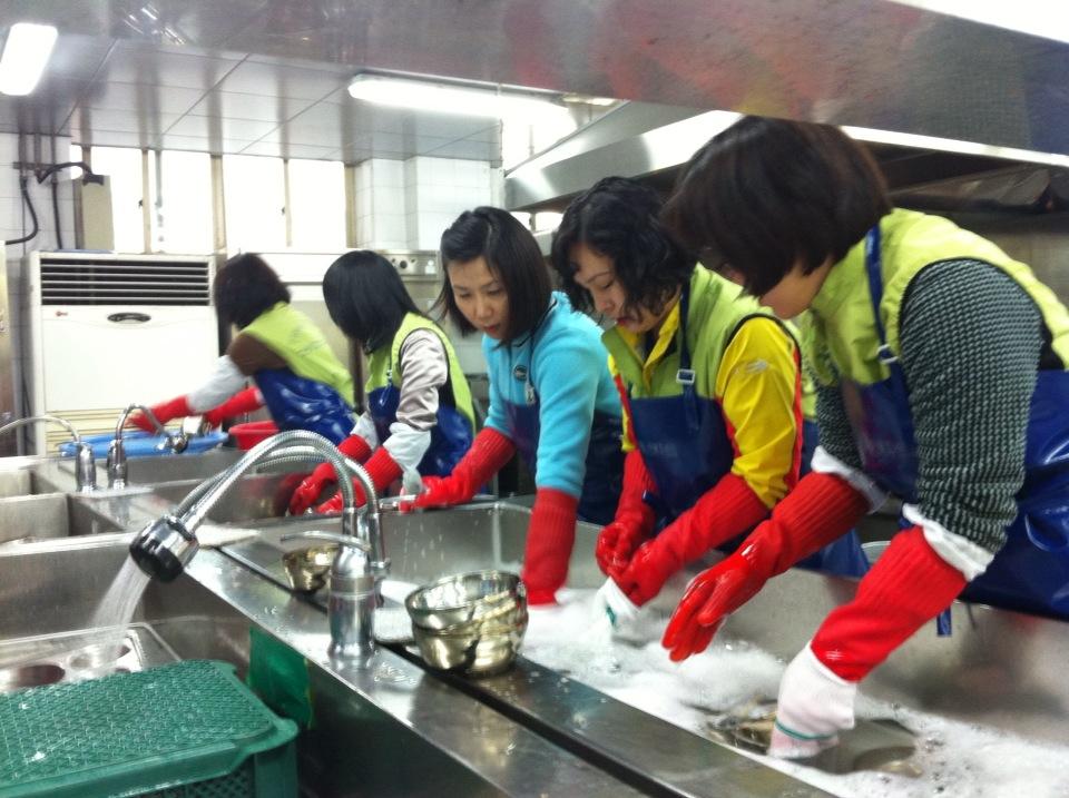 설거지 봉사활동을 하는 모습6